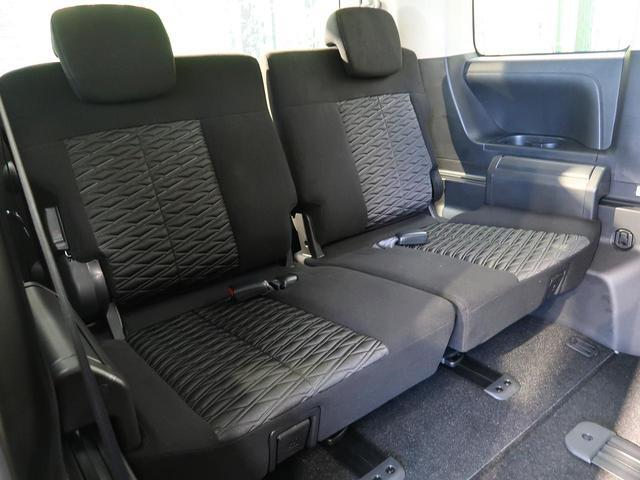 【サードシート】1番後ろの席だって、窮屈な思いはさせません!足元までしっかりスペースを確保できています!!シートの前後や、リクライニングも可能ですので、ゆったり座って頂けます♪