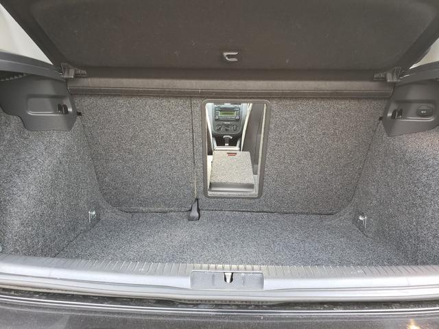 トランクから後席を繋ぐ小窓を完備!