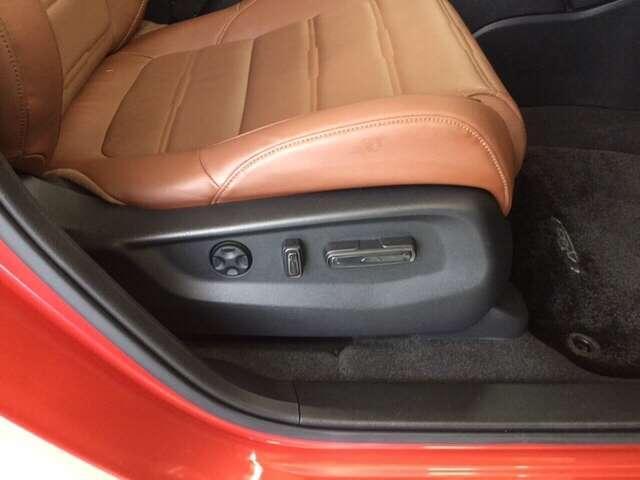 電動のシートアジャスター機能がついているので快適なシートの調整ができますよ!