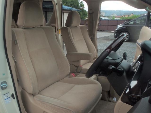 座り心地もよく、ゆったりと乗れるシート。便利なドリンクホルダー付きです。