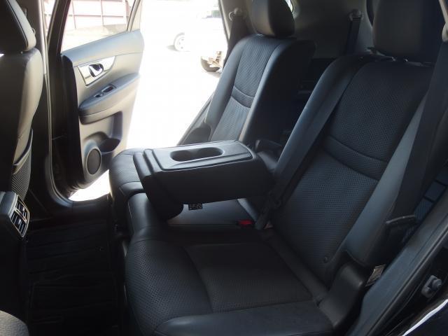 後部座席のシートにもヘタレや汚れなどほぼなくキレイな状態です!アームレストにドリンクホルダーもあり便利です!