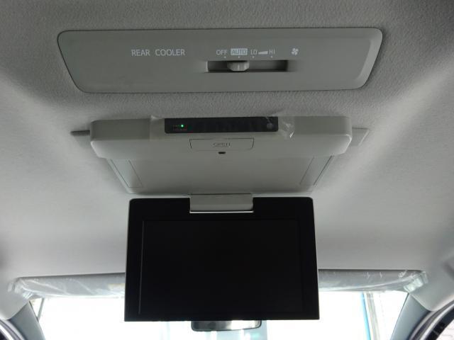 後部座席には純正フリップダウンモニターが!!長距離の移動もDVDなどを見て快適に過ごしましょう!