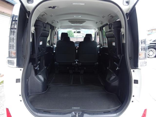 ラゲッジスペースは後部座席を上げると広々!大きい荷物や長い物も載せられて用途が広がり便利です!