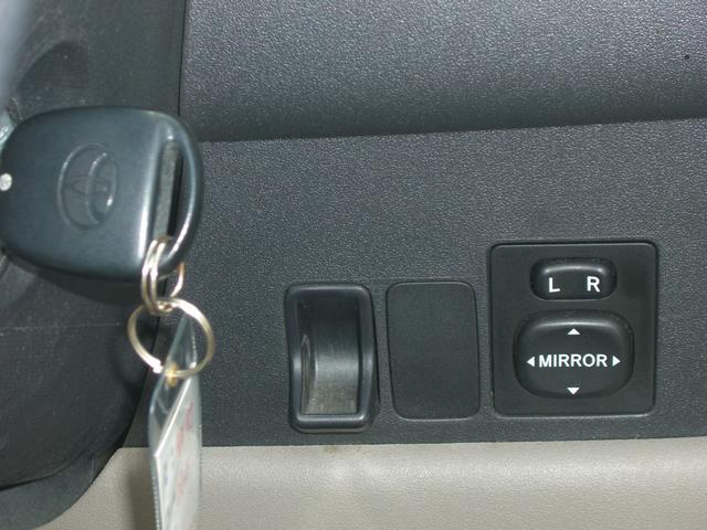 狭いスペースでの取り回しや駐車時に大変助かります【電動式格納ミラー】です!!