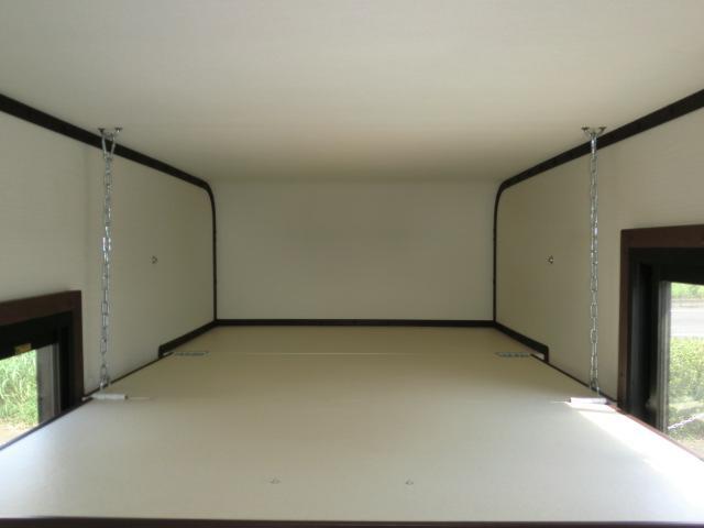 ベッドは大人2名が就寝可能です。ベッドや室内の寸法はお手数ですが当社ブログをご参照ください。