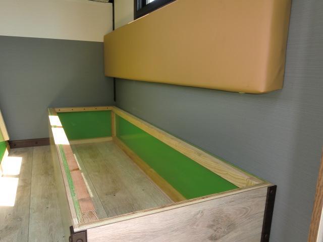 シート座面を外せば収納スペースに利用出来ます。