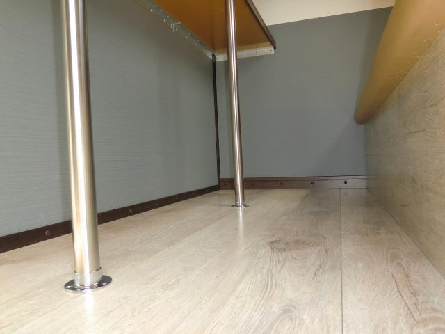 床は白基調のフローリング材。とってもオシャレ!