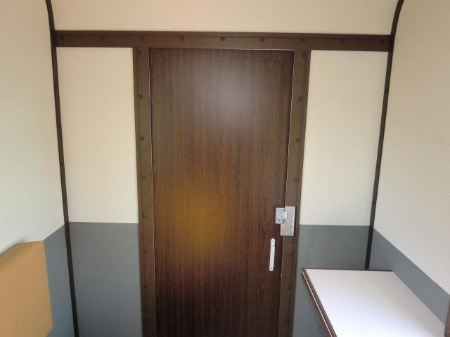 ドアも既成の玄関ドア等ではなくオリジナルで製作しました。