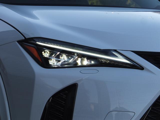【アダプティブハイビームシステム】片側11個のLEDの点灯・消灯を制御し細やかに照射/遮光。単眼カメラにより前方の車両光源を検出し配光を先行車や対向車に直接ハイビームを当てないように最適な状態に制御