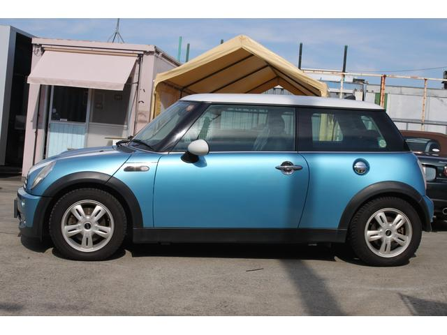 鮮やかなブルーのMINI。年式を感じさせない、お洒落なデザインです。