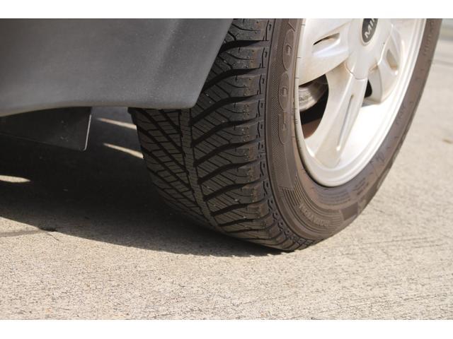 話題のグッドイヤー、冬夏兼用のタイヤです。新し目で溝もまだまだ残っています。