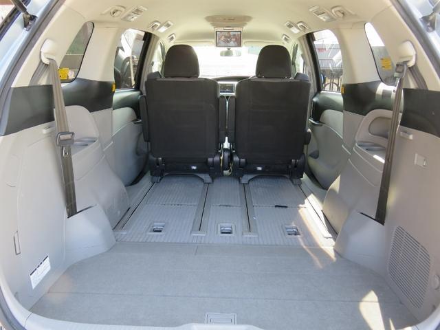 サードシートは床下収納式で室内広々使えます