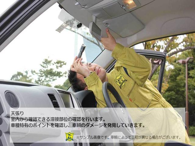 室内から確認できる溶接部位の確認を行います。車種特有のポイントを確認し、車輛のダメージを発見していきます。