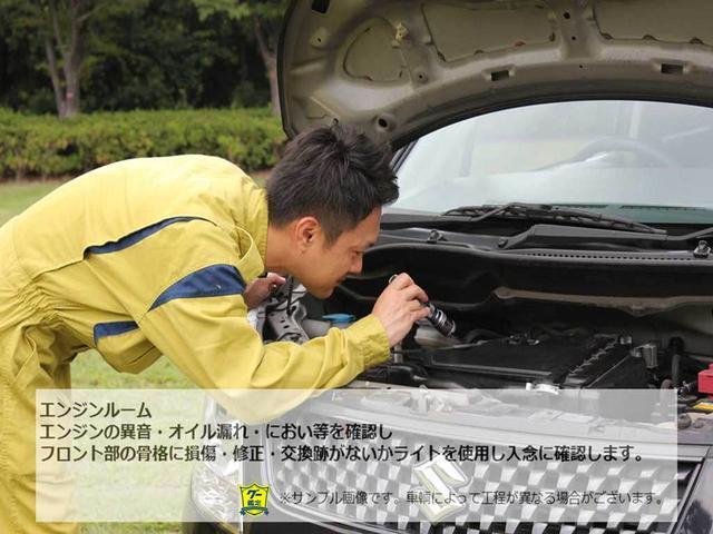 エンジンの異音・オイル漏れ・におい等を確認しフロント部の骨格に損傷・修正・交換がないかライトを使用し入念に確認します。