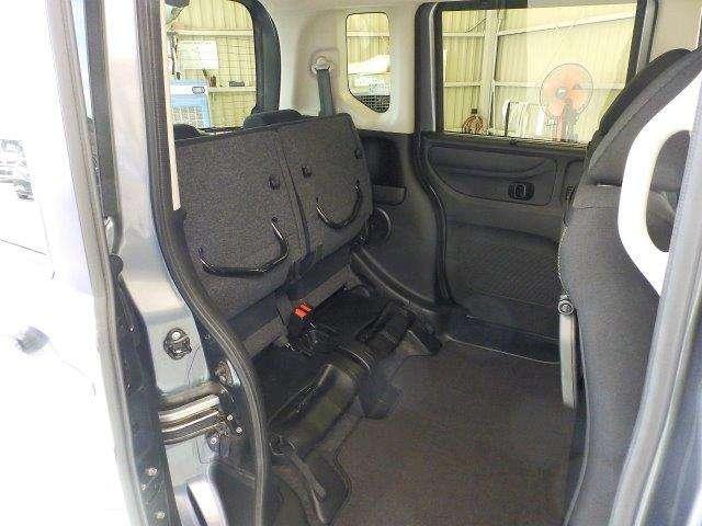 リヤシートの座面部分を上げれば140CMまでの背の高い荷物も倒さずに積めちゃいます♪