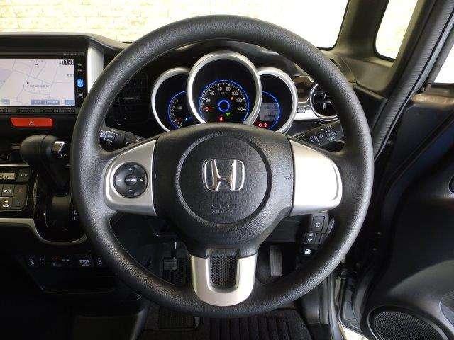 運転中ハンドルから手を放さなくてもオーディの操作ができちゃうステアリングスイッチ付きで〜す♪