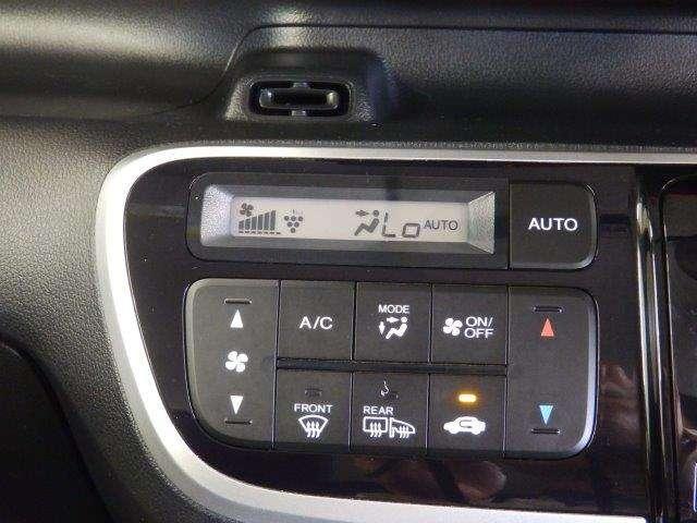 これも有ると便利です♪温度設定をすれば後は勝手に車が調整をしてくれるオートエアコン♪最近はプラズマクラスター機能付が付いてるクルマが増えましたね♪