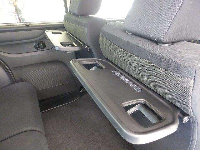 リヤ席には便利な折り畳み式ミニテーブルがついています