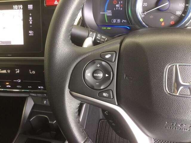運転中にハンドルから手を放さなくてもオーディの操作ができちゃうステアリングスイッチ付きで〜す♪