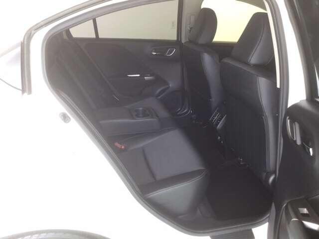 リヤシートは大きなアームレストが付いているのでドライブも快適ですよ