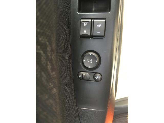 大他の車には搭載されていますが電動格納ミラーです。 手元でミラーの調整、開閉ができます。