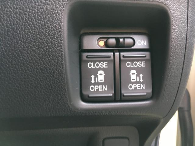 両側がパワースライドドアになっています。運転席からの開閉が可能です。