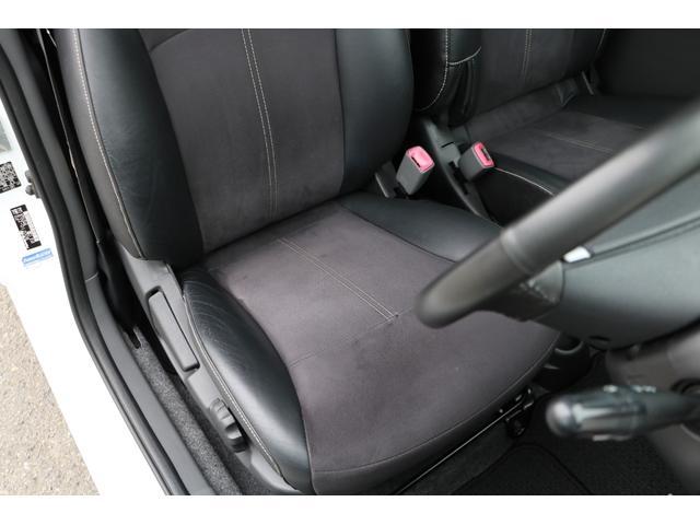 運転席になります。ブラックを基調とした内装で、走行距離に比例した、とても綺麗な状態です。ハーフレザーと革巻きのステアリングが高級感を演出。禁煙車です。