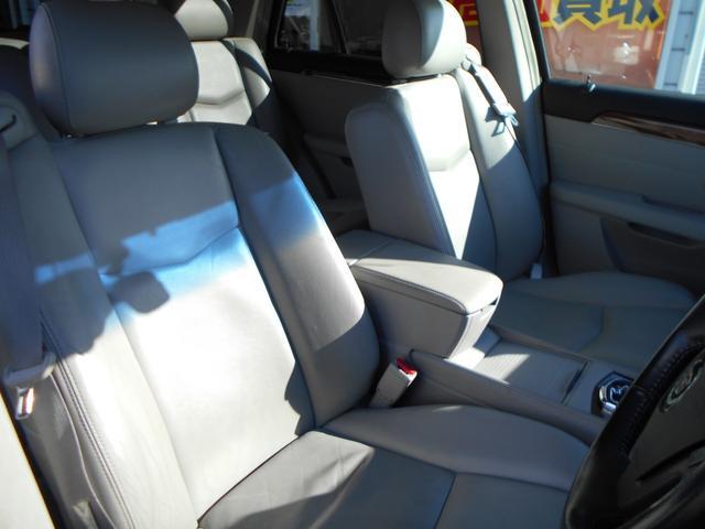 とても視認性のよいドライビングポジションで、ナビやオーディオ類、エアコンなどの操作も運転中でも気軽に行える配置になっております!