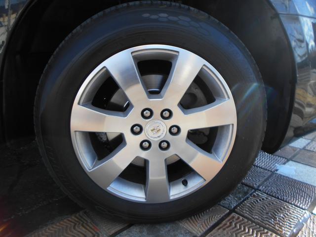 右前タイヤです!目立つガリ傷もなく、タイヤはまだまだ使える状態です!社外アルミホイールや純正オプションホイールなどの在庫もございますのでお気軽にご相談下さい!