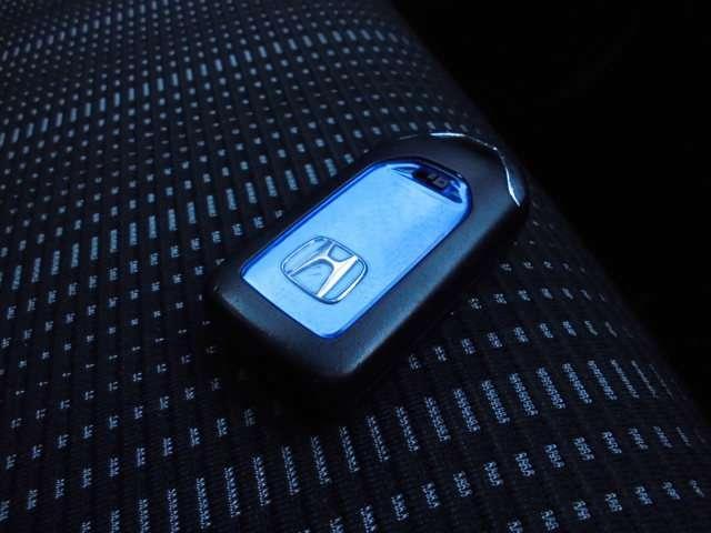 インテリジェントキー付き。キーを持っているだけで、ドアハンドル横のボタンを押すとドアの施錠が行えます。そのままキーが車内にあればエンジンを掛けることもでき、とても便利です。