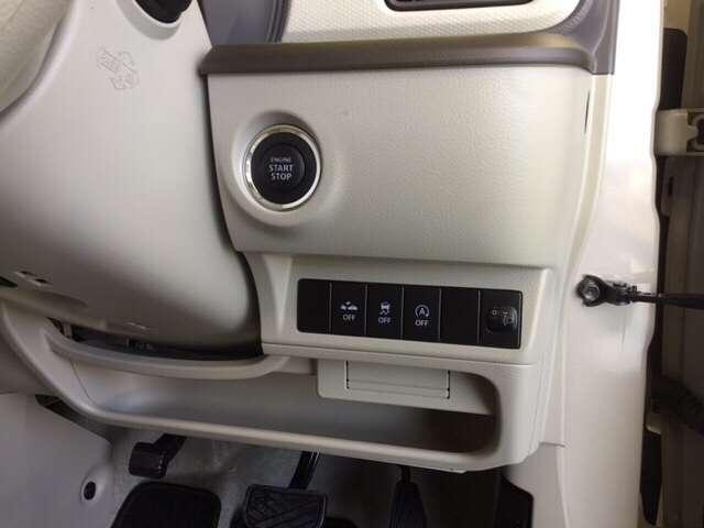 キーを差し込むことなく、ボタンを軽く押してエンジンを簡単始動。