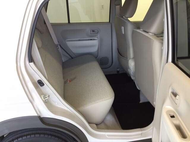 後部座席の足元も広々です。