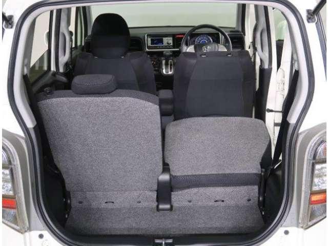 リヤシートは荷物に合わせて片側だけを倒すことも可能です