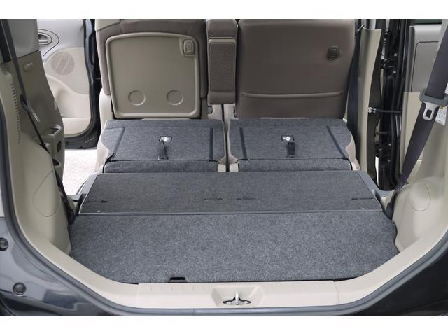 シートを倒せば大きな荷物も載りとても便利なお車です。