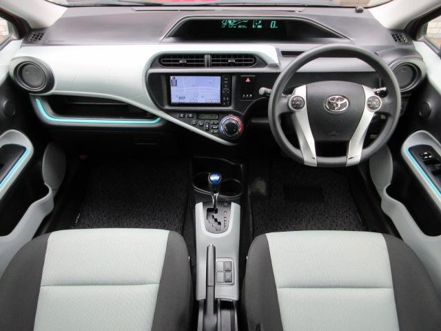 内装はブラック×ホワイトのコンビネーションを基調としたシックで落ち着いた雰囲気の車内になっております♪パネル類にキズや汚れ等も無くとてもキレイな状態です♪