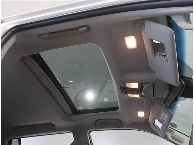 オプション装備の電動サンルーフ付きです。サンバイザーには、バニティーミラー付いてます。照明も付いていて便利です。
