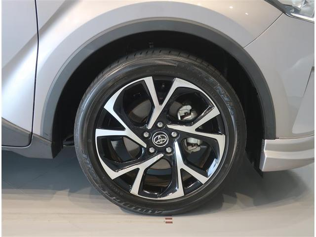 純正のアルミホイール装着車です。タイヤサイズは225/50R18です。
