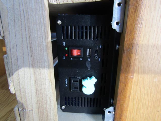 キャンピング ビークル製 ブロス サブバッテリー 外部充電 インバーター 20L給排水ポリタンク シンク コンロ 40L冷蔵庫 架装部テレビ 電子レンジ リアクーラー リアヒーター SDナビ ETC(78枚目)