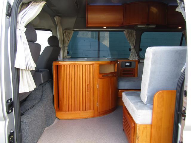 ピーズフィールドクラフト製グルービー キャンピング車 ツインサブバッテリー 走行充電 外部電源 DC40リッター冷蔵庫 シンク 走行用リアクーラー フリップダウンモニター スライドドア 当社下取り車(2枚目)