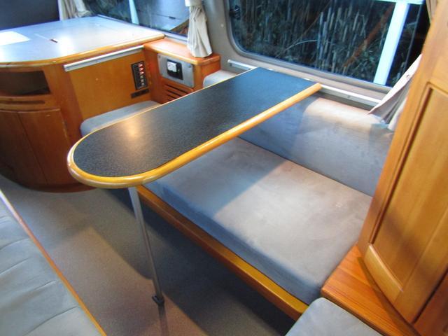 ピーズフィールドクラフト製グルービー キャンピング車 ツインサブバッテリー 走行充電 外部電源 DC40リッター冷蔵庫 シンク 走行用リアクーラー フリップダウンモニター スライドドア 当社下取り車(7枚目)
