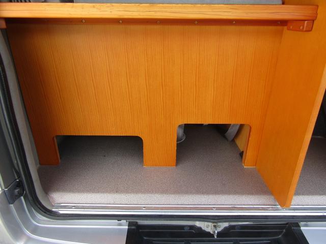 ピーズフィールドクラフト製グルービー キャンピング車 ツインサブバッテリー 走行充電 外部電源 DC40リッター冷蔵庫 シンク 走行用リアクーラー フリップダウンモニター スライドドア 当社下取り車(12枚目)