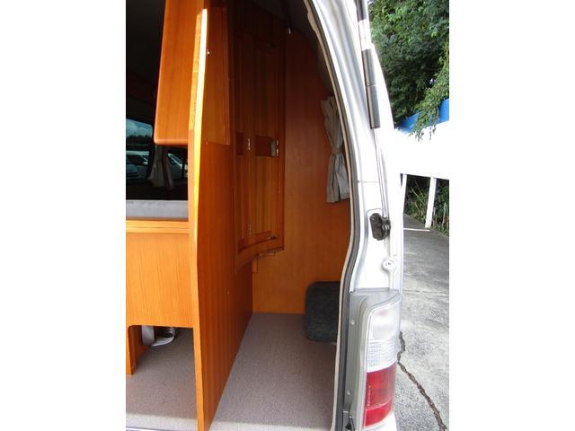 ピーズフィールドクラフト製グルービー キャンピング車 ツインサブバッテリー 走行充電 外部電源 DC40リッター冷蔵庫 シンク 走行用リアクーラー フリップダウンモニター スライドドア 当社下取り車(13枚目)