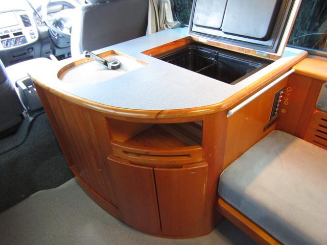 ピーズフィールドクラフト製グルービー キャンピング車 ツインサブバッテリー 走行充電 外部電源 DC40リッター冷蔵庫 シンク 走行用リアクーラー フリップダウンモニター スライドドア 当社下取り車(17枚目)