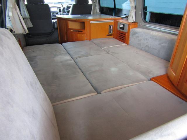 ピーズフィールドクラフト製グルービー キャンピング車 ツインサブバッテリー 走行充電 外部電源 DC40リッター冷蔵庫 シンク 走行用リアクーラー フリップダウンモニター スライドドア 当社下取り車(53枚目)