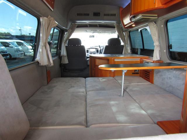 ピーズフィールドクラフト製グルービー キャンピング車 ツインサブバッテリー 走行充電 外部電源 DC40リッター冷蔵庫 シンク 走行用リアクーラー フリップダウンモニター スライドドア 当社下取り車(55枚目)