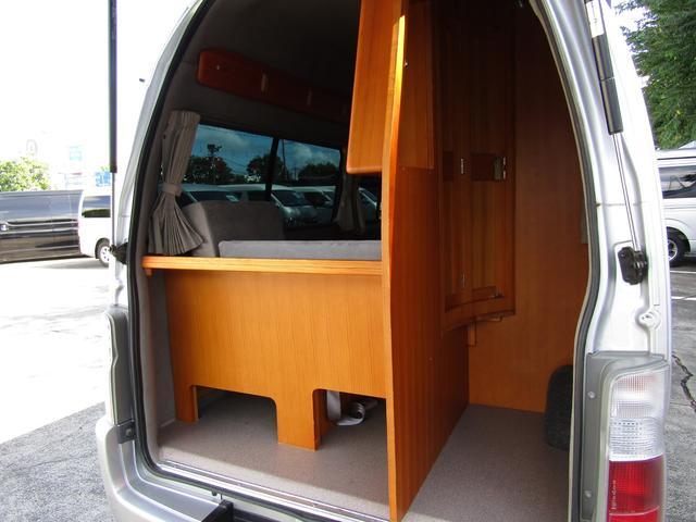 ピーズフィールドクラフト製グルービー キャンピング車 ツインサブバッテリー 走行充電 外部電源 DC40リッター冷蔵庫 シンク 走行用リアクーラー フリップダウンモニター スライドドア 当社下取り車(61枚目)