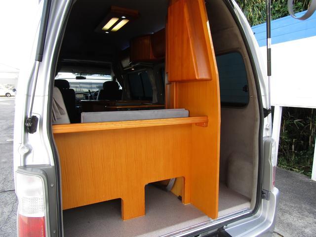 ピーズフィールドクラフト製グルービー キャンピング車 ツインサブバッテリー 走行充電 外部電源 DC40リッター冷蔵庫 シンク 走行用リアクーラー フリップダウンモニター スライドドア 当社下取り車(62枚目)