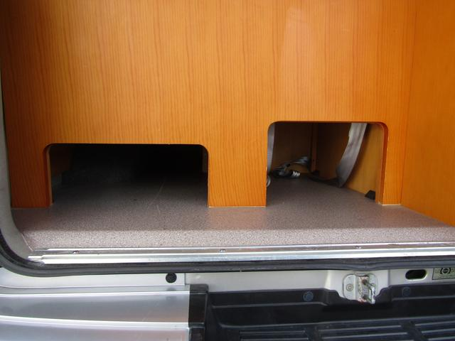 ピーズフィールドクラフト製グルービー キャンピング車 ツインサブバッテリー 走行充電 外部電源 DC40リッター冷蔵庫 シンク 走行用リアクーラー フリップダウンモニター スライドドア 当社下取り車(63枚目)