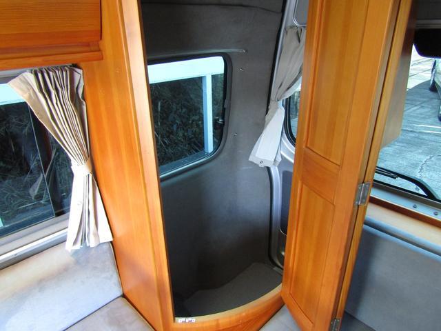 ピーズフィールドクラフト製グルービー キャンピング車 ツインサブバッテリー 走行充電 外部電源 DC40リッター冷蔵庫 シンク 走行用リアクーラー フリップダウンモニター スライドドア 当社下取り車(67枚目)