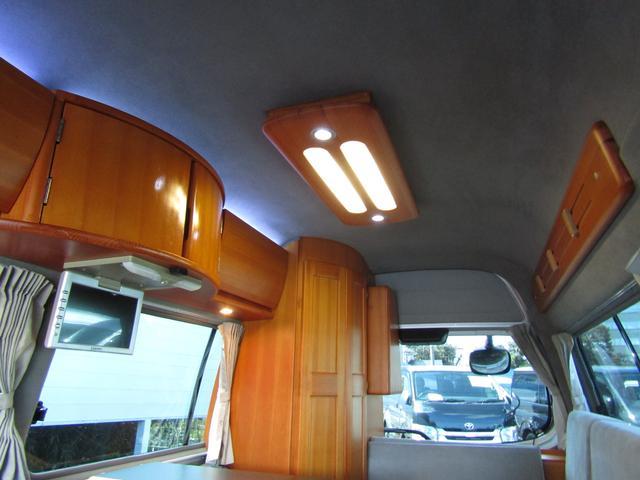 ピーズフィールドクラフト製グルービー キャンピング車 ツインサブバッテリー 走行充電 外部電源 DC40リッター冷蔵庫 シンク 走行用リアクーラー フリップダウンモニター スライドドア 当社下取り車(80枚目)